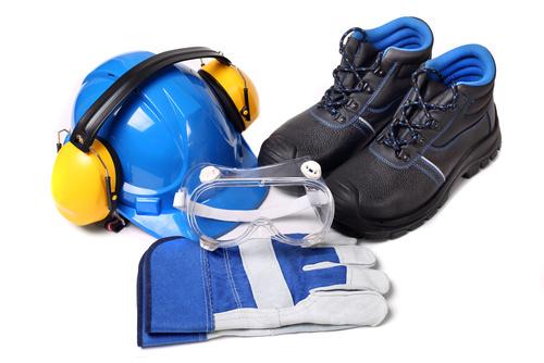 Zestaw dla pracownika zawierajcy niebieski hem ochronny buty och