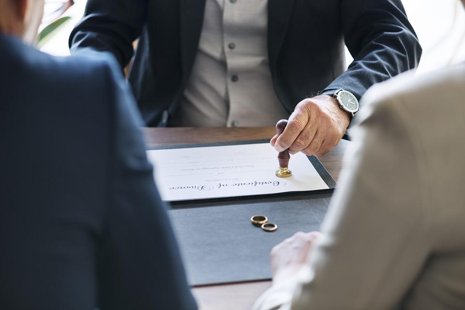 Sprawy rozwodowe – jakie są konsekwencje orzeczenia rozwodu?